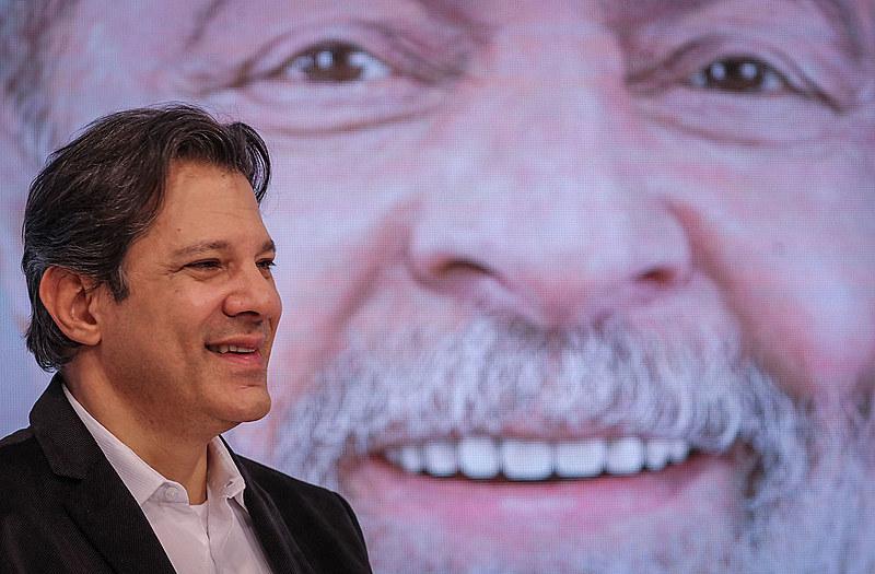 Fernando Haddad representa Lula durante debate político com apoiadores