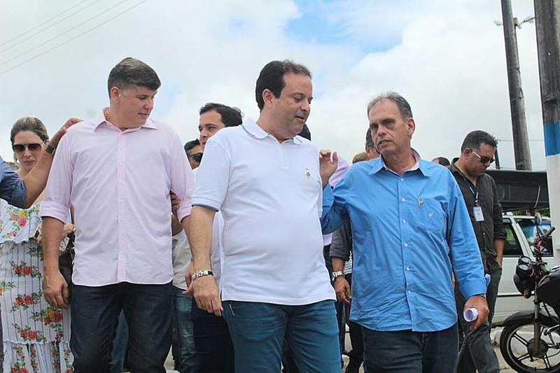 Deputado Federal André Moura e o prefeito de Ilha das Flores, Cristiano Beltrão, durante ato público em Sergipe