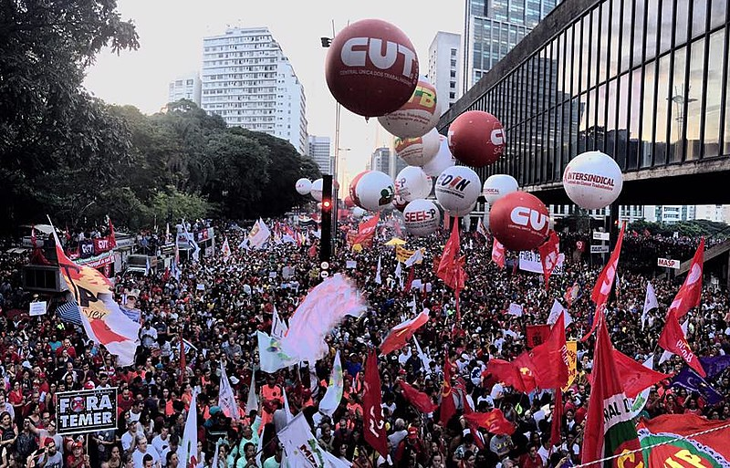 """""""A única saída possível para reverter esse quadro é que milhões de pessoas saiam para as ruas"""", disse o cientista político"""