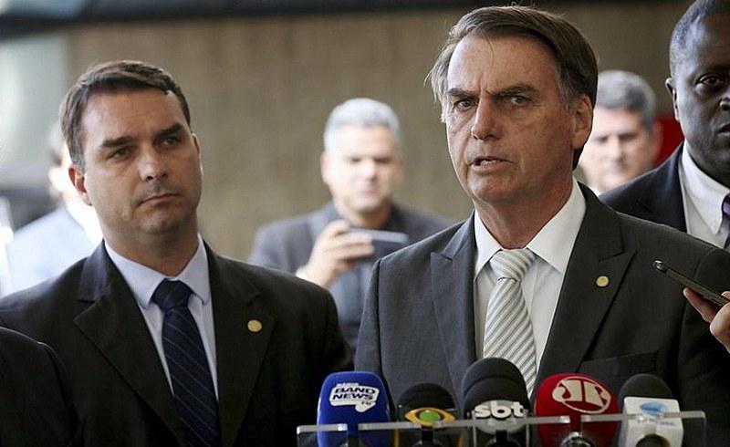 Flávio e Jair Bolsonaro são conhecidos pela proximidade com milicianos no Rio de Janeiro