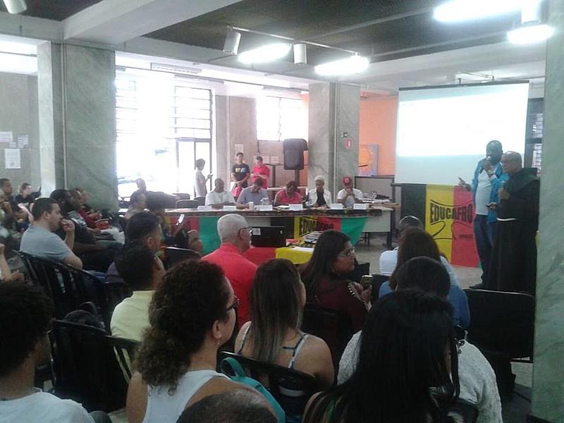 Atividade organizada pela Educafro no centro de São Paulo foi acompanhada por cerca de 300 pessoas