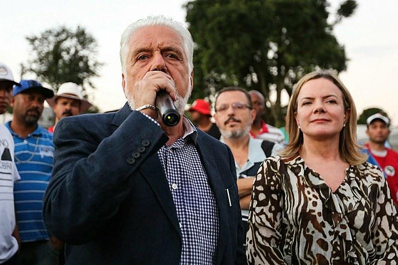 Após visitar Lula, Jacques Wagner e a Gleisi Hoffmann foram até o Acampamento Lula Livre, à 100 metros da Polícia Federal.