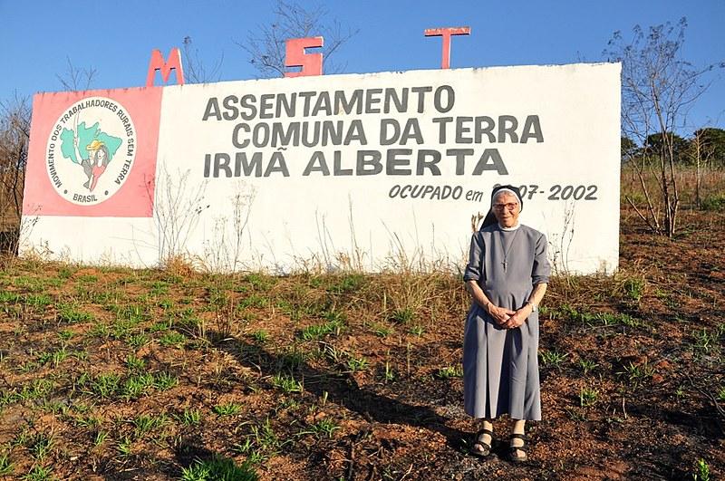 Irmã Alberta no acampamento dos Movimento dos Trabalhadores Rurais Sem Terra (MST) em São Paulo que homenageia sua luta