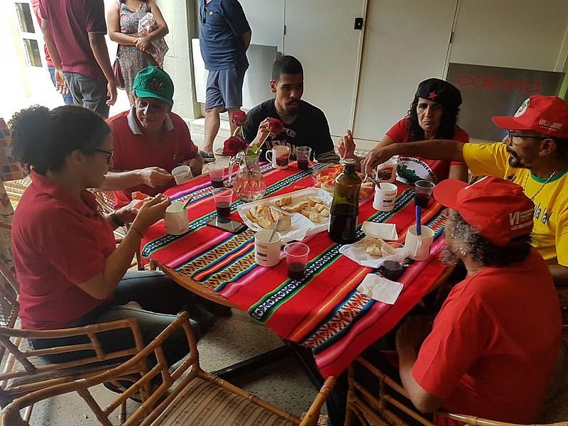 Numa mesa com frutas e água, militantes compartilharam a primeira refeição acompanhados pelos profissionais de saúde