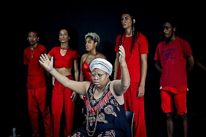 """""""Pele Negra, Máscaras Brancas"""" é a primeira peça da Cia de Teatro da UFBA a ser dirigida por uma mulher negra em mais de 50 montagens."""