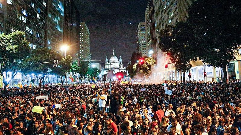 Manifestantes protestaram contra bloqueio de recursos para universidades e institutos federais anunciado pelo MEC