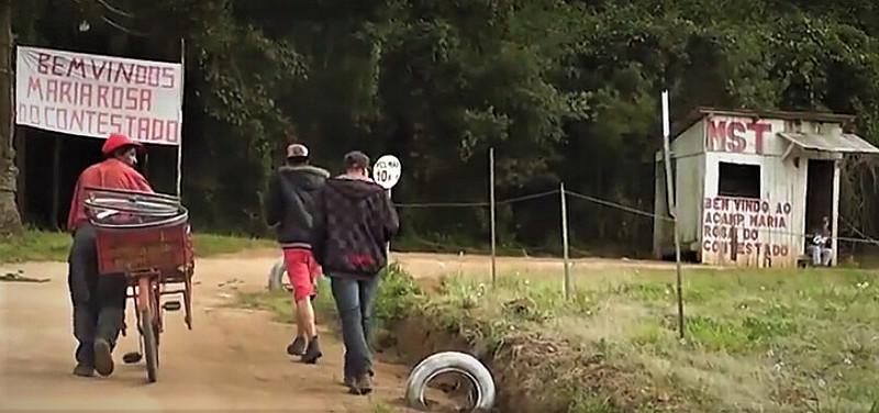 Ao longo de 46 minutos, o filme apresenta relato de camponeses e camponesas sobre o dia da ocupaçãoMaria Rosa
