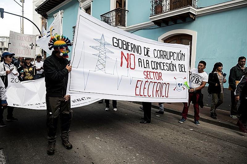 Funcionários do setor elétrico participam da manifestação contra a privatização de empresas equatorianas