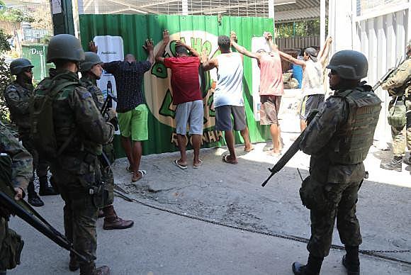 Moradores da Rocinha são revistados por militares do Exército