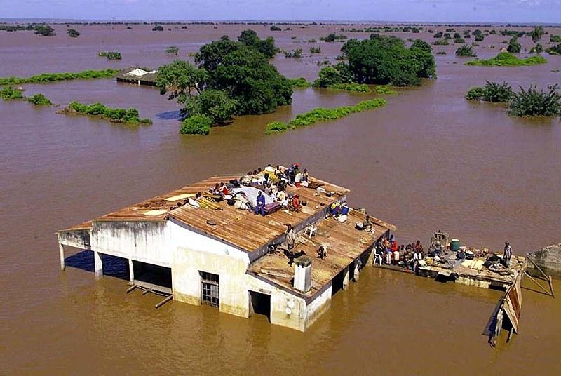 Pessoas ilhadas aguardam resgate em Moçambique após passagem do Ciclone Tropical Idai.