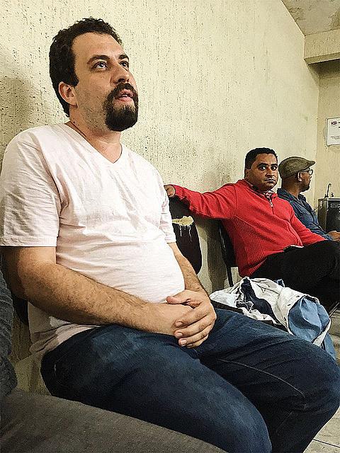 Boulos esperando en la recepción de la delegación de policía para delegación de policía para declarar