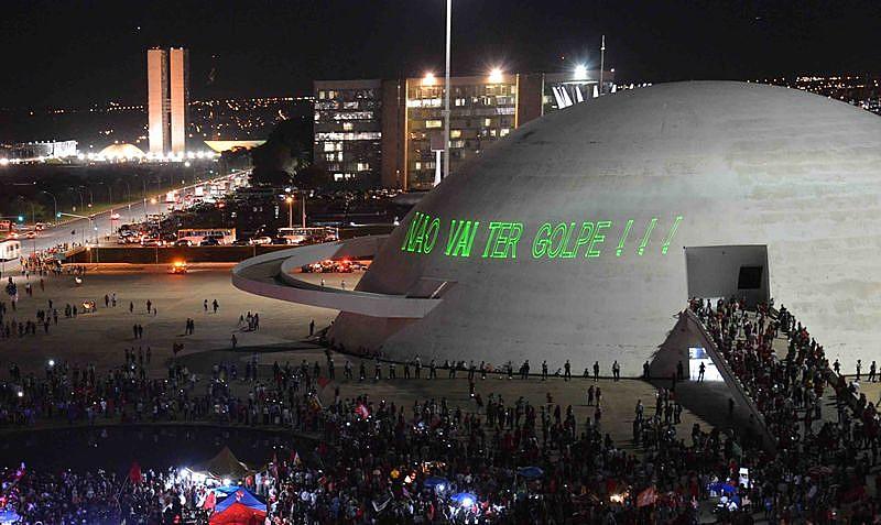 Manifestantes contra o golpe em Brasilia