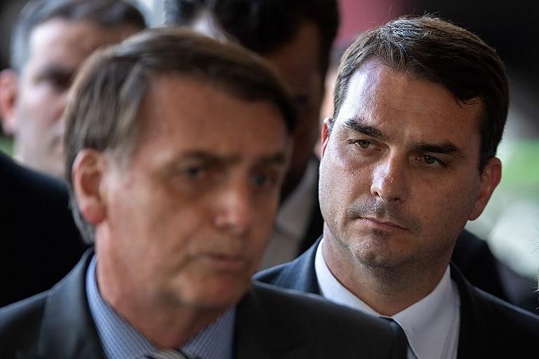 Jair e Flávio Bolsonaro nunca esconderam simpatia por milícias no Rio de Janeiro