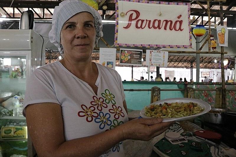 A sem-terra Natalina Oliveira ensina o preparo do alimento saudável e nutritivo