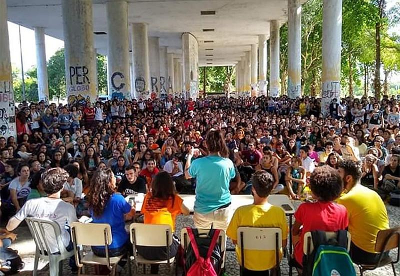 Assembleia de estudantes da UFRJ na semana passada deliberou pela paralisação dia 15, a mesma cena foi vista em universidades por todo país