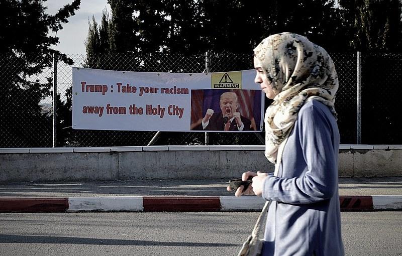 Cartaz contra Donald Trump nos muros da Universidade de Birzeit, em Ramallah
