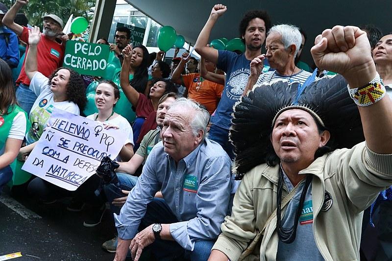 Ativistas, servidores públicos, entidades e outras lideranças reunidas durante ato em frente ao Ministério do Meio Ambiente, em Brasília