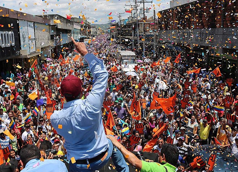 Comício no estado de Carabobo, no interior da Venezuela, reúne milhares de apoiadores de Falcón
