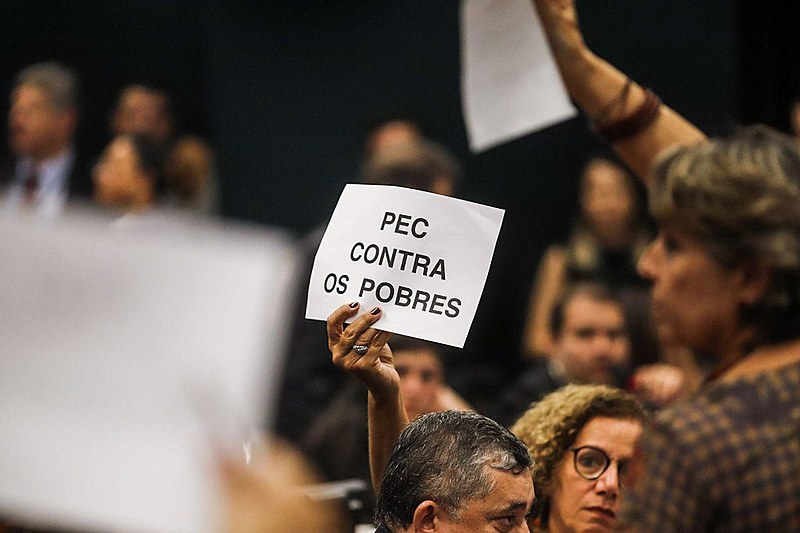 Parlamentares de esquerda em protesto na CCJ da Câmara dos Deputados contra a reforma da Previdência