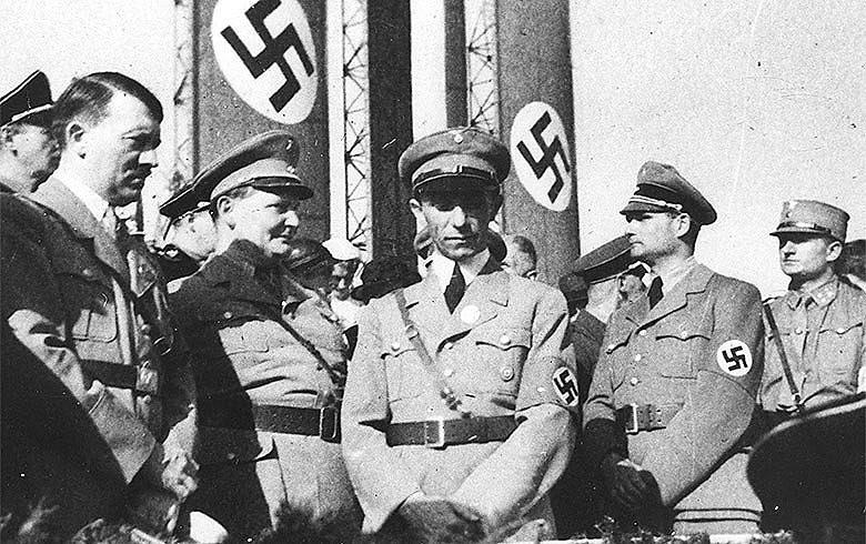 Mentira mil vezes repetida torna-se verdade, pregava Joseph Goebbels (centro), ministro da Propaganda de Hitler