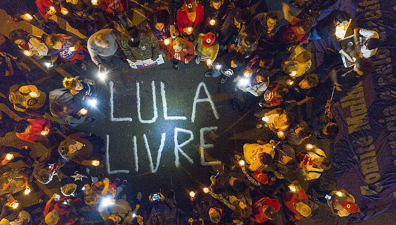 Apoiadores de Lula reunidos na Praça Olga Benário, onde está instalada a Vigília Lula Livre