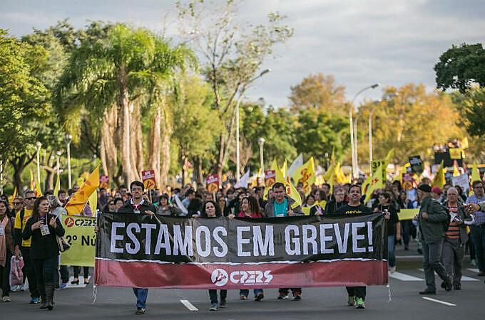 Marcha dos Professores em greve em Porto Alegre