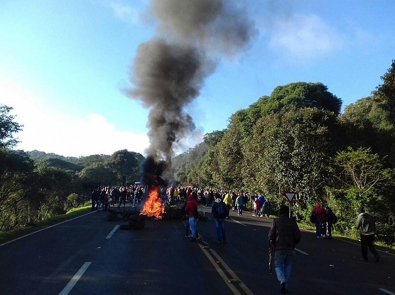 Trabalhadores rurais sem-terra bloqueiam a Br-277 no Oeste desde às 6h30, com o apoio de indígenas da região, contra despejo e por reforma agrária