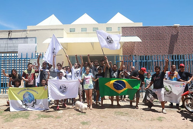 Manifestantes em frente a UBS Eduardo Grangeiro Fernandes, no bairro Frei Damião