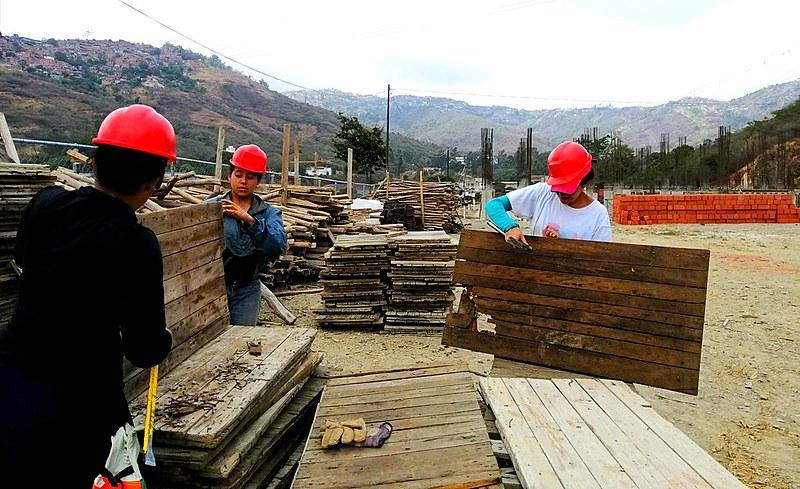 No bairro de Antímano, em Caracas, mulheres constroem edifício com as próprias mãos