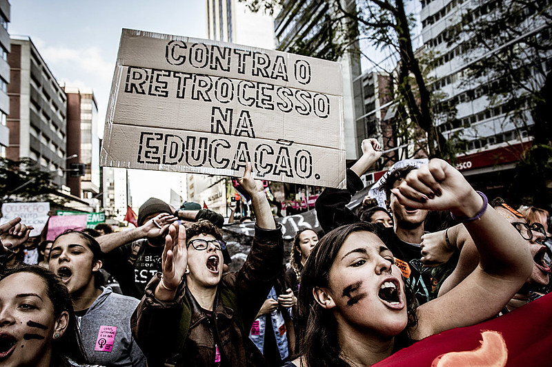 Articulação CWB Contra Temer mobilizou a ação via redes sociais e, durante a manifestação, diferentes movimentos, grêmios estudantis e organizações estiveram à frente da animação da marcha