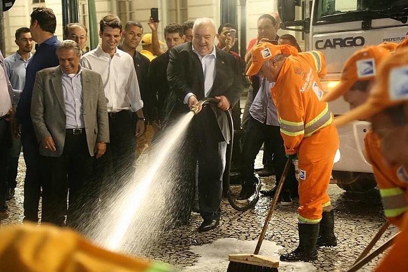 Greca levou seus secretários e vinte trabalhadores da limpeza municipal para lavar o calçadão da rua XV de Novembro