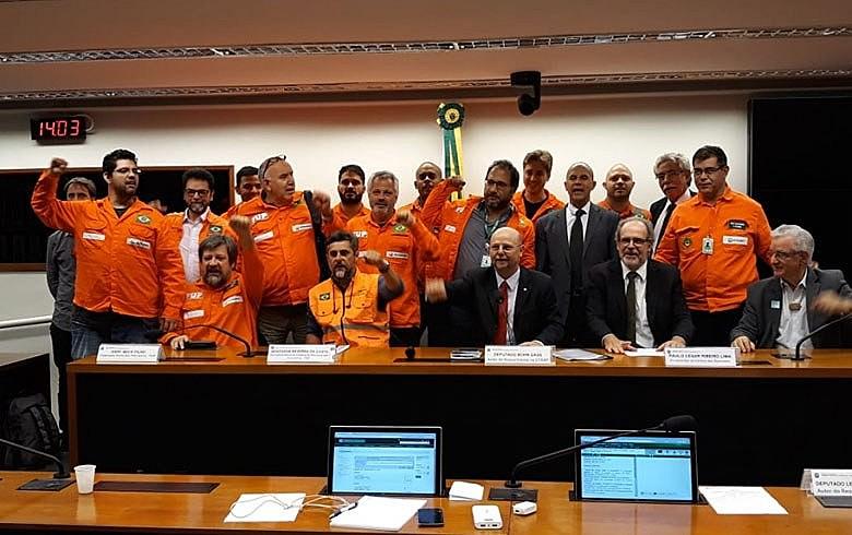 Petroleiros e parlamentares que defendem a Petrobras participaram de reunião na Câmara