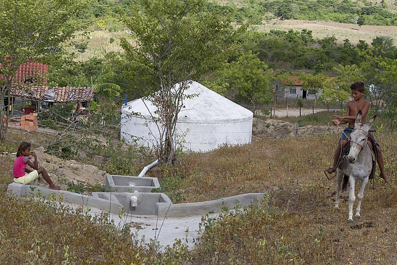 O programa consiste na construção de cisternas para captação de água das chuvas para a população do semiárido brasileiro