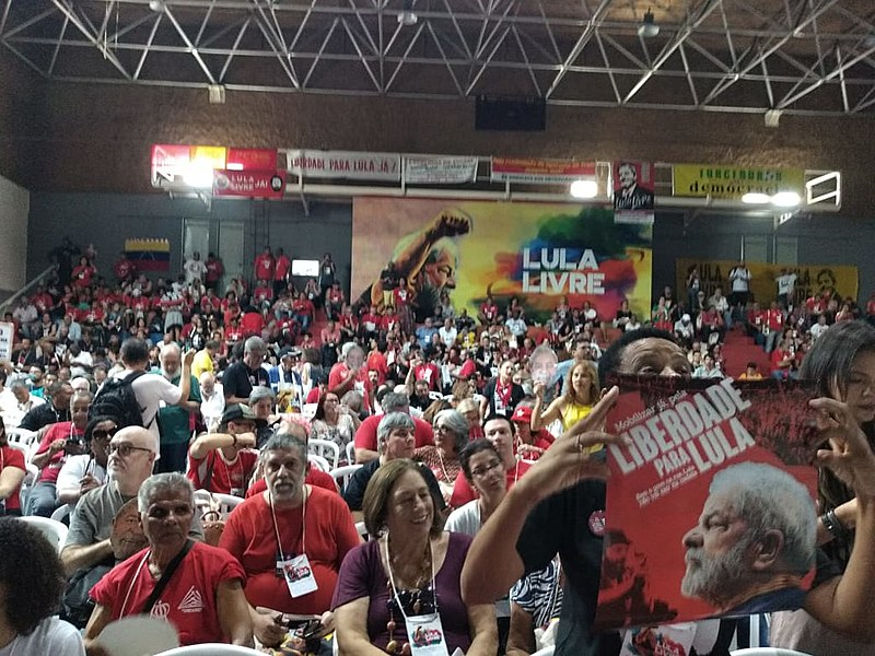 Militantes gritam palavras de ordem pela liberdade de Lula