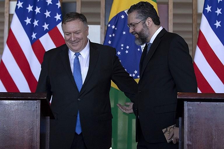Como em outros temas, Ernesto Araújo (dir), chanceler brasileiro, se alinha ao secretário de Estado dos EUA, Mike Pompeo