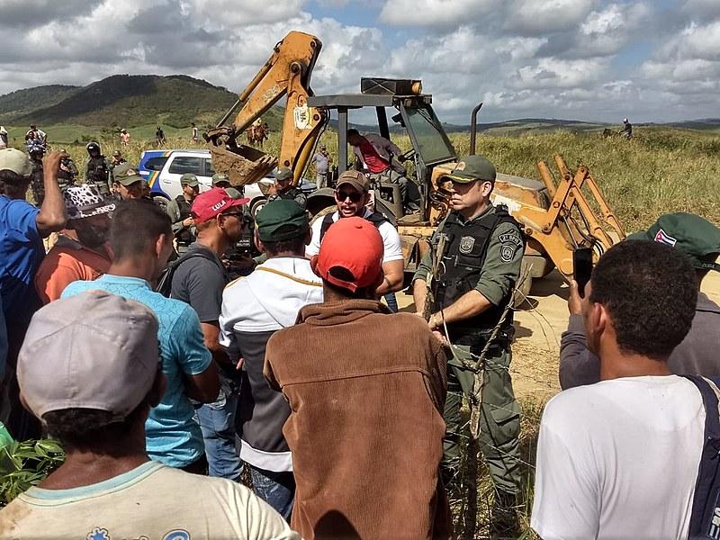 No município de Aliança, famílias foram despejadas pela tropa de choque, oficial de justiça e corpo de bombeiros