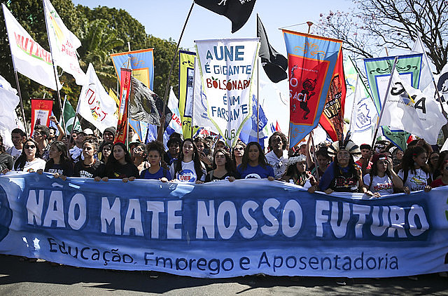 Brasilia: estudiantes protestan contra los cortes en la Educación y la reforma de las Pensiones durante el último Congreso de la UNE