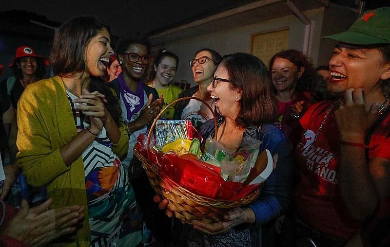 Bela entrega cesta de produtos agroecológicos a vizinha do acampamento que está acolhendo apoiadores de Lula em sua casa
