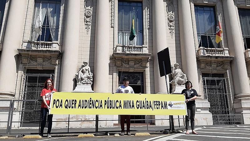 Ativistas do Comitê seguram faixa em frente ao Palácio Piratini, ao lado da Assembleia Legislativa
