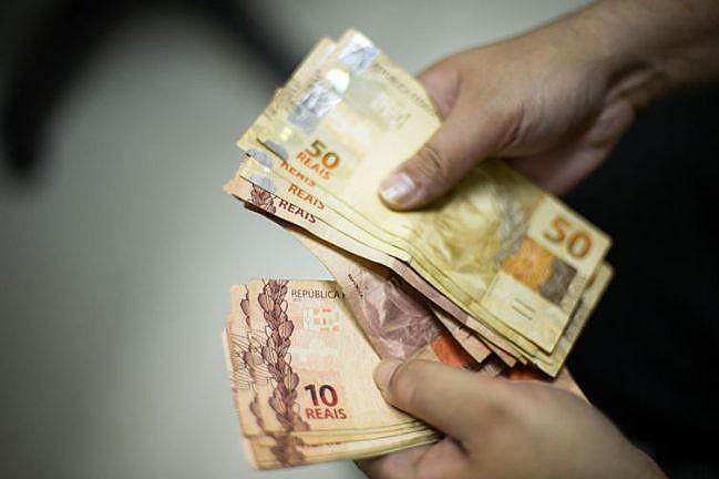 Ao todo, 73,03% das famílias brasileiras receberam menos de seis salários mínimos por mês entre 2018 e 2019. Há nove anos, eram 68,4%.