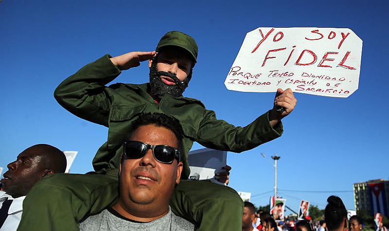 """Manifestantes gritavam e seguravam faixas com os dizeres """"Eu Sou Fidel"""", """"Todos Somos Fidel"""""""