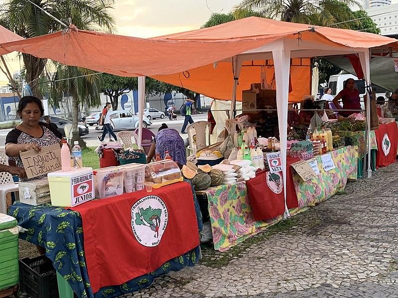 Pato, tucupi, maniçoba, farinha e outros itens que compõem a ceia do Círio estão à venda na feira.