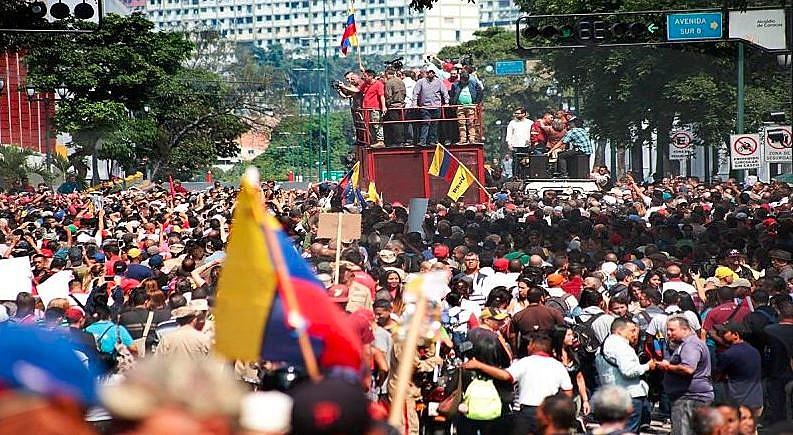 Maduro reuniu apoiadores em frente ao Palácio de Miraflores, sede do Poder Executivo
