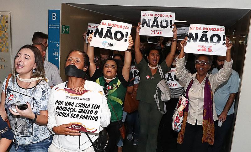Educadores protestam em defesa da liberdade de ensino e contra a censura nas escolas