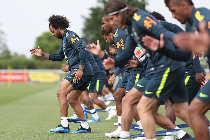 Marcelo (esq.) é um dos remanescentes da Copa de 2014, mas o fantasma do 7 a 1 não parece assustar a Seleção de Tite