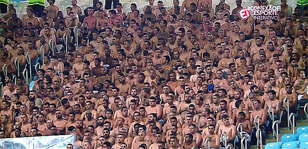 Homens da torcida corintiana foram obrigados a esperar durante horas dentro do estádio, sem camisa; mulheres e crianças foram dispensadas