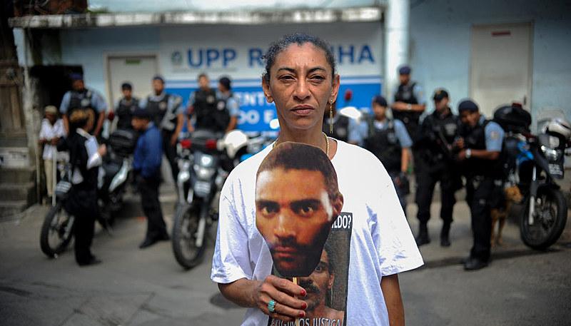 Companheira de Amarildo, Elizabeth Gomes da Silva segura foto do ajudante de pedreiro em protesto