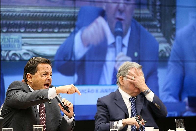Relator, deputado Sérgio Zveiter, e o advogado Antônio Cláudio Mariz de Oliveira durante sessão da Comissão de Constituição e Justiça