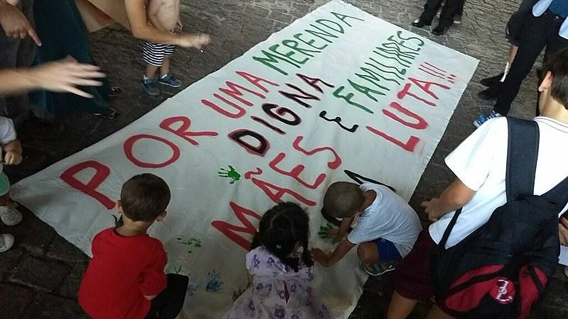 """Mães se mobilizam em São Paulo contra """"ração humana"""" de Doria"""