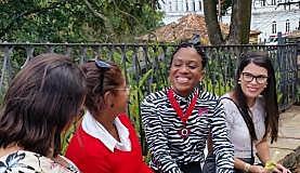 Luana entre amigos após a solenidade, em Ouro Preto